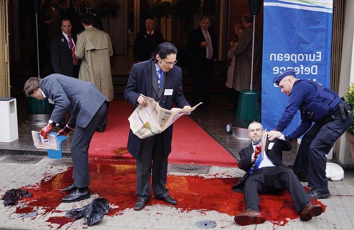 BRUSSEL – Een drietal vredesactivisten heeft afgelopen donderdag de ...