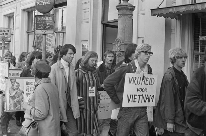 Demonstratieve optocht, georganiseerd door de Actiegroep Vietnam, 18 september 1966, fotograaf Cor Out.