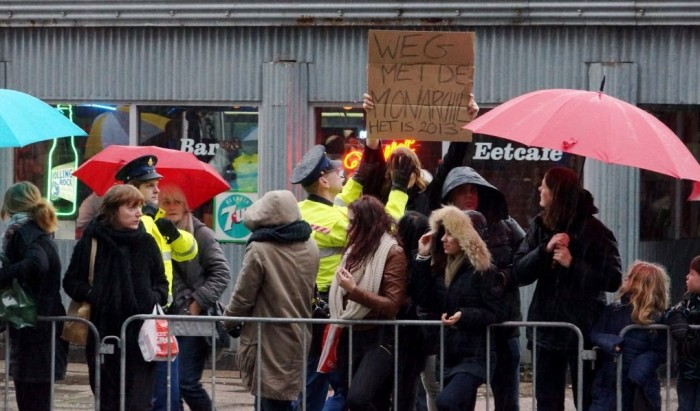 Vreedzame demonstrante wordt door agenten verwijderd